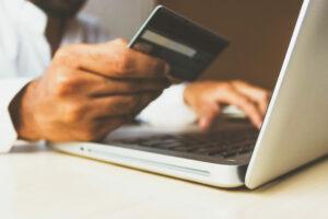 uomo fa acquisto su ecommerce con carta di credito